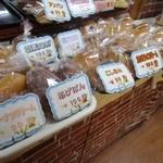 ベーカリーハカタ - それでも店内には次から次へとお客様が入られ店内には奥の工場で焼かれたパンがどんどん運ばれてきます。