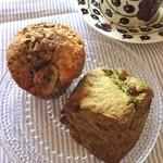 アズィーベーグル - ◯黒ごまとバナナのマフィン ◯抹茶と豆のスコーン