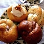 アズィーベーグル - ベーグル4種類☆ ◯シナモンロール ◯黒こしょうクリームチーズ ◯さくら ◯チョコレート 久しぶりに食べたけど、やっぱり美味しい(๑´ڡ`๑)