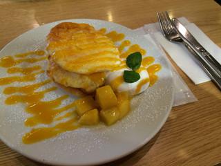 マンゴツリーカフェ+バー ウィング高輪WEST - パンケーキマンゴーソース