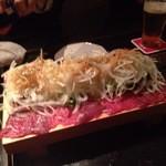 神田基地 - 馬肉のカルパッチョ こちらは刺身、あちら側はたたき