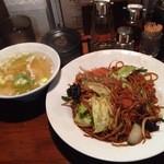 小伝馬町餃子 - 上海やきそばと水餃子のセット850円