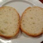 イタリアン居酒屋 にんたま屋台 - アヒージョにつけるパン(2015年3月来店)