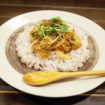 カレーのアキンボ - 前菜+カレー1皿(1300円)のアジのカレー(+200円)
