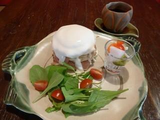 フラッフィー - チーズクリームソース 生ハムとルッコラのパンケーキ(1300円)