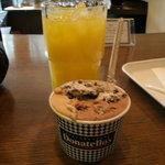 ドナテロウズ - ジェラート(クルミチョコ、カプチーノ、オレオ)とオレンジジュース