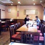 中華居酒屋 彩味園 - 11時25分の店内(二階)。中国語でカンガン話すお客さん。