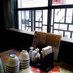 中華居酒屋 彩味園 - 座った二階の窓際。