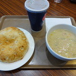 スープスプーンズ - クリームクラムチャウダー500円。パン&ジンジャーエール (S)200円