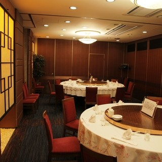個室は2~3名様から、最大で70名様程度ご利用頂けます。