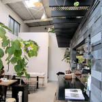 スゥレッド カフェ - 天窓を備えた高い天井。射し込む光が優しいシーンを演出