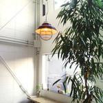 スゥレッド カフェ - 窓からは庭が見えます。