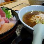 すみれ - 本日の海鮮丼、ミニしょうゆラーメン。