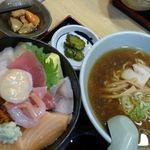すみれ - 本日の海鮮丼+200円でまるごとホタテ。