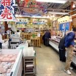 博多豊一 - 右に寿司バイキングコーナー、左にレジがあります