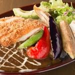 100時間カレー B&R - ランチ5つトッピングカレー!(チキンカツ、日替わり野菜、アボカド、ナス、ポテトサラダ)