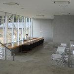 茶房 わらび野 - 1階がバーカウンターとダイニング用テーブル席。2階がソファ席のカフェになってます。