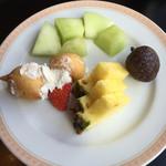 アッサンブラージュ - 2015年3月10日 苺ののったプチシュークリームとフルーツ。 フルーツは3種類だけ。