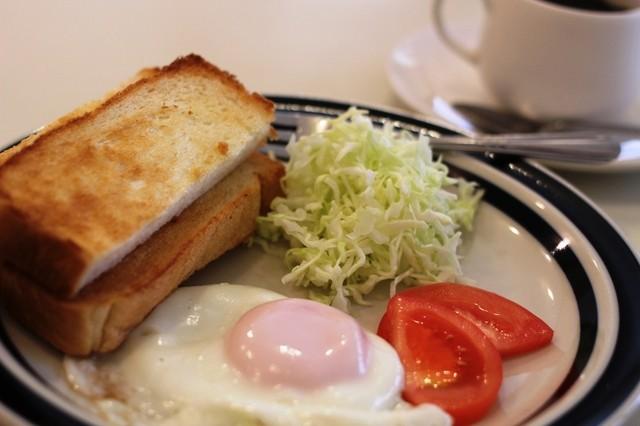 レモン - モーニング バタートーストと目玉焼きとお野菜。醤油かソースで玉子を頂くんです。
