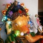 35785212 - ガネーシャを始め、インド・ネパールの壁掛けやかわいいライトが飾ってあって、気分が高まります♪
