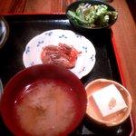 ShiKaDa屋 煮ると - 甘海老から揚げ・冷奴・サラダ・味噌汁