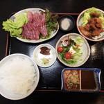 35795128 - わたしがお勧めの平日限定「鯉のからあげ定食」1,300円(税込)です。鯉のさしみ(半身)、から揚げ、鯉汁、サラダ、ごはん、漬物