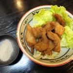 中京 - 熱々で出される 鯉の唐揚げ は、塩胡椒で美味しく頂きます。