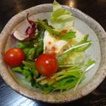 中京 - イタリアンドレッシングのかかったサラダ。