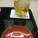 味舌 - 梅酒ロックと朱杯