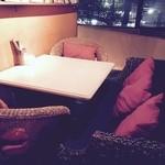 カフェ ナイン - ソファー席あります。