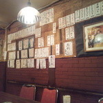 居酒屋まりも - たくさんお札が貼ってあるよ