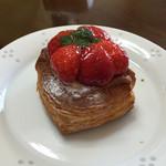 ブーランジェリーニシノ - 苺のデニッシュパン。デニッシュの層がすごい!!