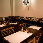 キッチン ソウショー - 水銀灯風のライトとテーブル