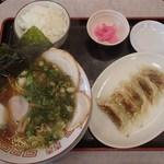 お好み焼き 冨貴 - 餃子定食(ラーメンはあっさり魚介スープ)