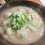 池田屋 - 炊き餃子2人前。 もちっとした皮の餃子の餡の中には地鶏の炭火焼が入ってるらしい。 スープは鶏白湯です。