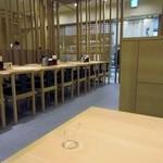 能古うどん - お店はショッピングセンターの中の店とあってカウンター席から小上がりのテーブル席まで用意され一人でもお子様連れのご家族でも大丈夫な造りになってます。