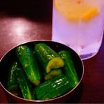 ホルモン青木 - きゅうり漬けと生搾りレモンサワー