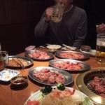 富士屋 - お肉を前にまず一杯