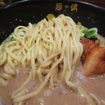 Menyaguumotonari - やや平ための中太麺でコシの強いムチッとした食感