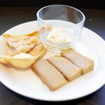 アーユルヴェーダ・カフェ ディデアン - おやつ盛りはワタラッパン(スリランカのプリン)、ミーキリ(水牛のヨーグルト)、パパダム(豆せんべい)