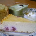 35839004 - 「ラズベリーのチーズケーキ・抹茶のムース・シフォンケーキのセット」