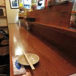 NARI屋 - カウンター席と別室にテーブル席の部屋があります。