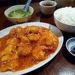 さくら厨房 - エビと玉子のチリソースランチ/880円/エビチリ、ご飯、サラダ、スープ、漬物