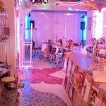 ファニーティップス - 店内全景。クラブ仕様の照明
