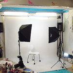 ファニーティップス - 写真用のロールバック紙を垂らした状態です。ミニ撮影スタジオとして利用できます。