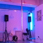 ファニーティップス - 店内には、ポールダンス用のX-Poleが立っています。高さは2.8m。練習のほか、ミニライブが行えます。