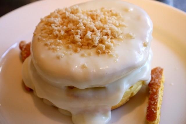 レインボーパンケーキ - マカダミアナッツソース パンケーキ