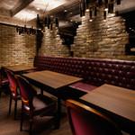 Rico - デートや飲み会に:2名~最大10名様。店内奥に設けられた重厚感の中に温かさのあるブラウンとワインレッドを基調としたエリア。