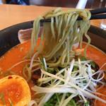 王朝 - 麺は緑色のわかめ麺