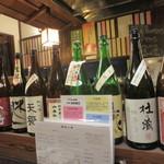 十割蕎麦みかあさ - 店で飲まれた日本酒の瓶がずらりと。